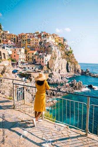 woman visit Manarola Village, Cinque Terre Coast Italy Tableau sur Toile
