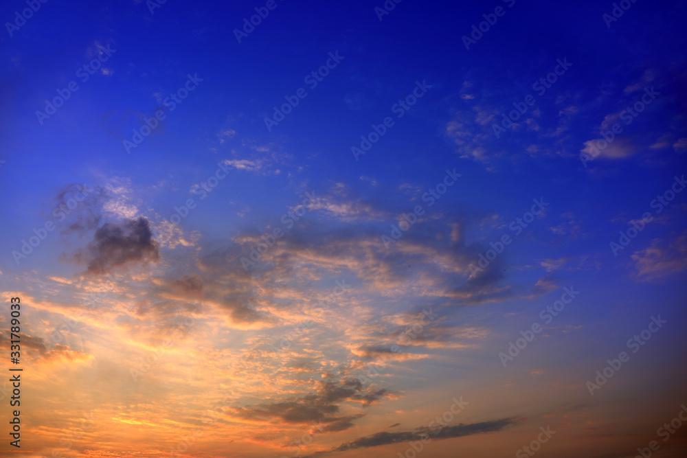 Fototapeta Błękitne niebo po zachodzie słońca z kolorowymi chmurami