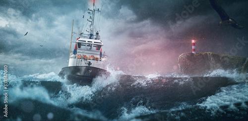 Schiff im Surm auf hoher See Fototapet