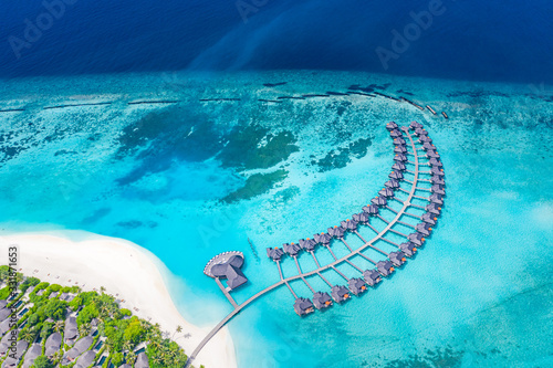 Photo Perfect aerial landscape, luxury tropical resort or hotel with water villas and beautiful beach scenery