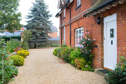 Foto English country house, garden and driveway, UK