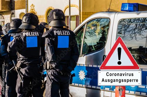Warnschild Coronavirus Ausgangssperre Polizei Kontrolle Wallpaper Mural