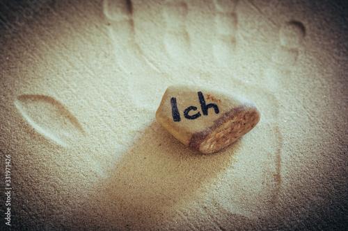 Stein mit Aufschrift Ich auf Sand liegend mit Handabdruck Wallpaper Mural