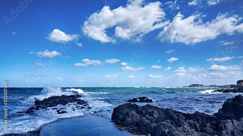 파란하늘 흰구름 바다 파도 해변