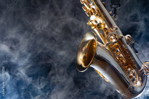 Photo Golden shiny alto saxophone on black background with smoke