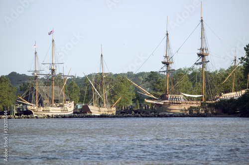 Foto Replicas of The Susan Constant, Godspeed and Discovery ships that brought Englis