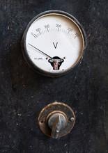 Antiguo Voltímetro Y Conmuta