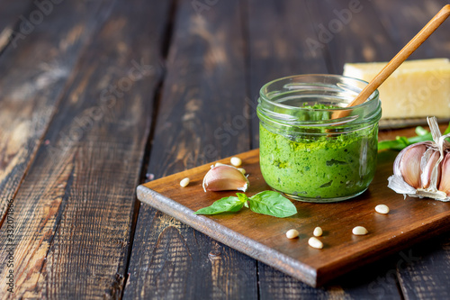 Fotografia Italian pesto sauce on a wooden background
