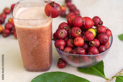 Cuadros en Lienzo Glass of juice and fruits of red aracá (Psidium cattleyanum Sabine) in natura
