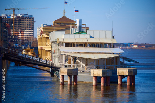 Photo Floating restaurant in Astrakhan, Russia