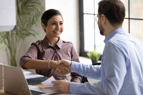 Photo Happy multiracial businesspeople shake hands at meeting greeting getting acquain