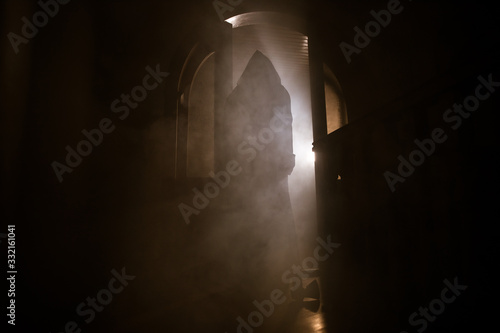 Photo Silhouette of an unknown shadow figure on a door through a closed glass door