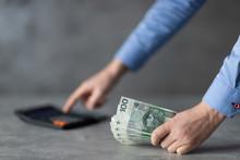 Polskie Pięniądze W Ręce, Bizmesmen Liczący Na Kalkulatorze
