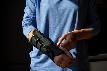 Chora ręka w specjalistycznej ortezie