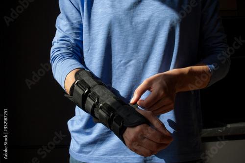 Fototapeta Chora ręka w specjalistycznej ortezie obraz