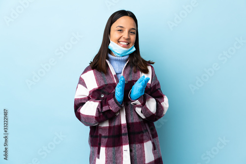 Photo Young brunette mixed race woman protecting from the coronavirus with a mask and