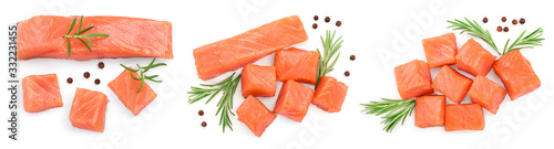 Foto raw salmon piece cube with rosemary and peppercorn isolated on white background close up