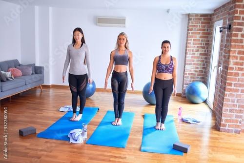 Valokuva Young beautiful group of sportswomen practicing yoga