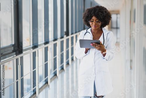 Fotografía happy african doctor using tablet computer