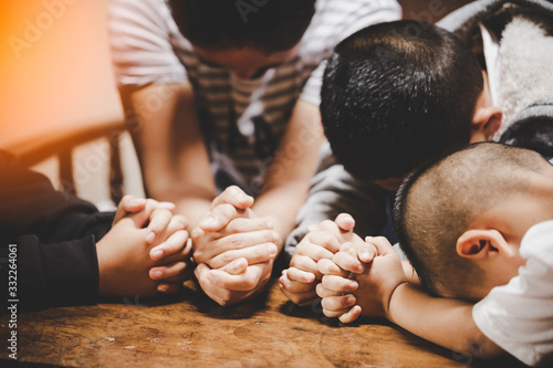 Obraz Mother and children praying and praising God at home - fototapety do salonu