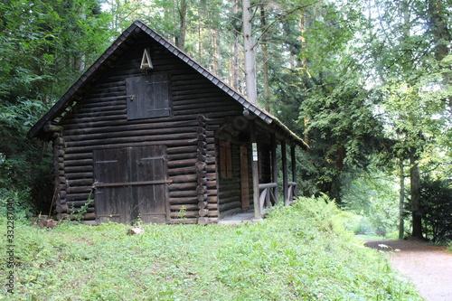 Cuadros en Lienzo Choza de madera oscura en medio del bosque