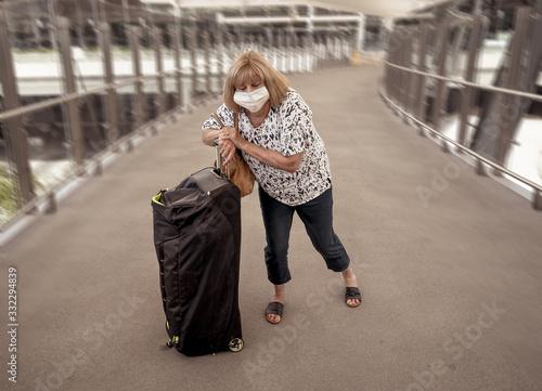 Traveler with face mask affected by coronavirus travel ban and COVID-19 pandemic Billede på lærred