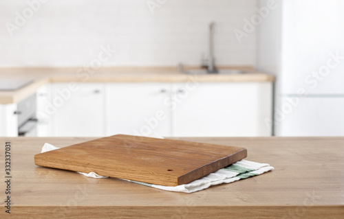 Foto kitchen cutting board on the kitchen table top on blur kitchen background with p