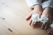 花で遊ぶ子どもの手