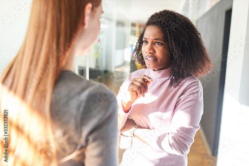Photo Afrikanische Frau diskutiert über Feminismus