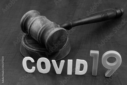 Fotomural Wooden gavel with word covid19