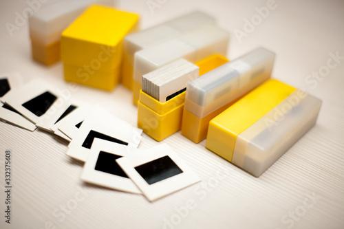 Caja de diapositivas esparcidas sobre una mesa de madera Wallpaper Mural