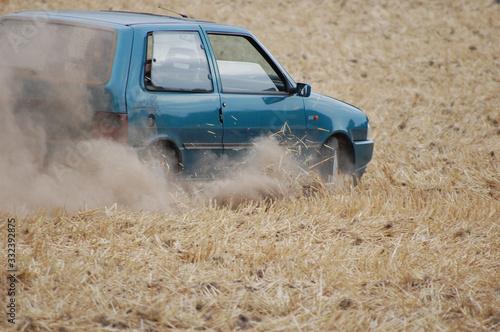 Obraz Auto auf dem Feld - fototapety do salonu