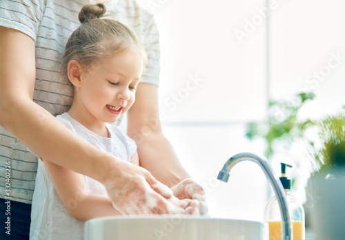 mata magnetyczna girl and her mother are washing hands