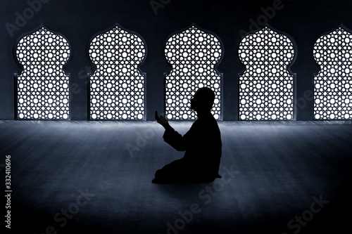 Fotografía Silhouette of muslim man praying