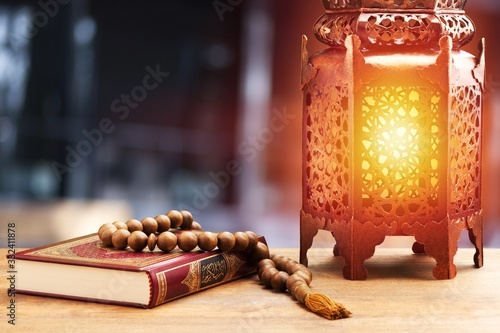 Photo Islamic Holy Book Quran with rosary beads and ornamental arabic lantern