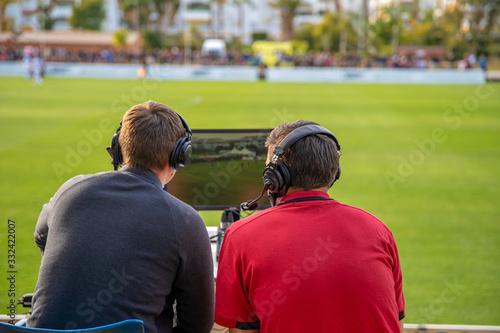 Fotografia, Obraz commentators on football game watching match