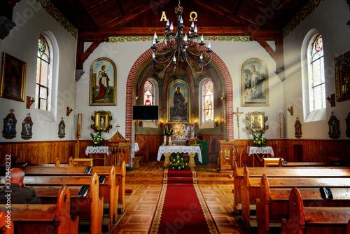 Obraz na plátne Promienie światła wpadające do wnętrza kościoła