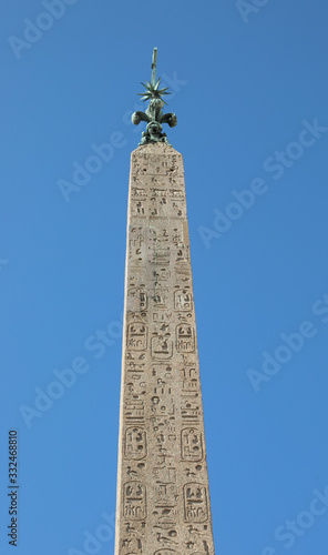 Photo egyptian obelisk with engraved hieroglyphics and sky background