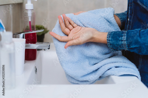 Fotografía unrecognizable woman drying hands with towel after washing with soap