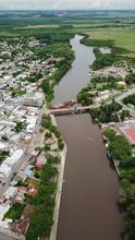 Vista Aérea Del Rio Y El Puente En La Ciudad De Carmelo, Uruguay