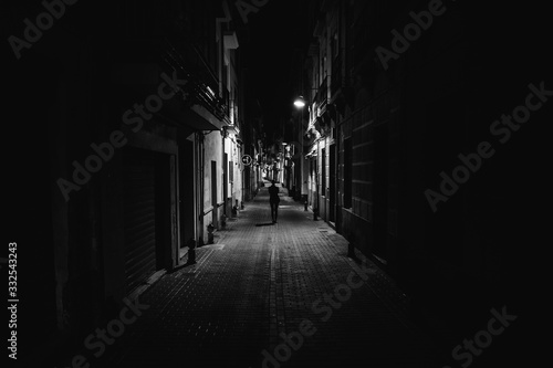 Photo Woman walking alone in the street late at night