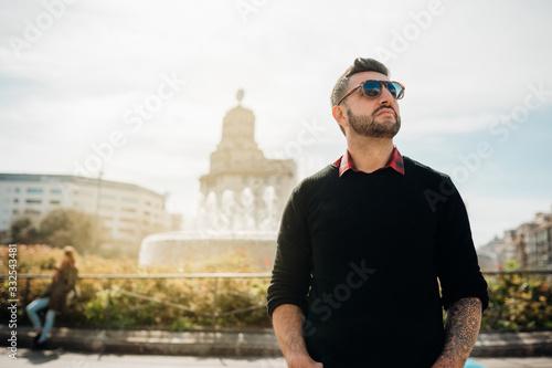 Photo Handosme young spanish man entrepreneur freelancer at Catalonia Square(Placa de Catalunya),La Rambla street,Barcelona,Spain