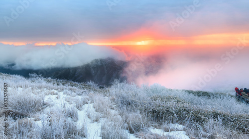 Fotomural 눈으로 덮힌 덕유산의 겨울풍경