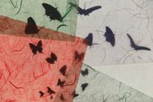蝶のシルエットと和紙のテクスチャー