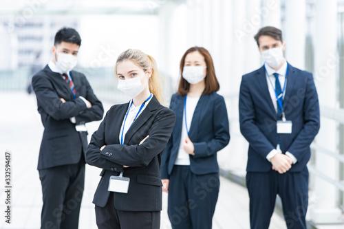 Obraz na plátně マスクを装着するビジネスマンのチーム