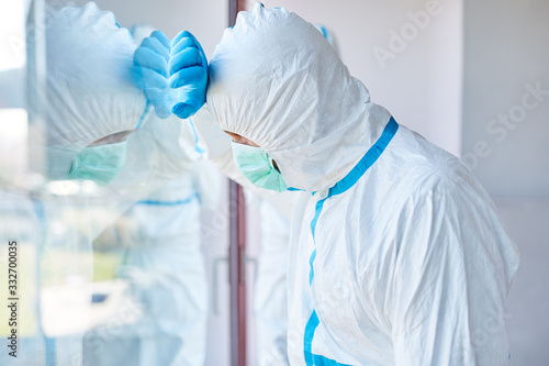 Erschöpfter Klinikarzt in Intensivstation bei Pandemie Canvas Print