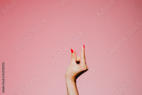 Valokuva Woman's hands with bright manicure isolated on pink background small size gestur