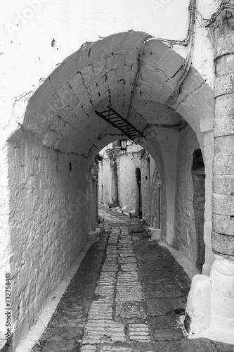 Antigua calle medieval italiana con arco en blanco y negro Poster Mural XXL