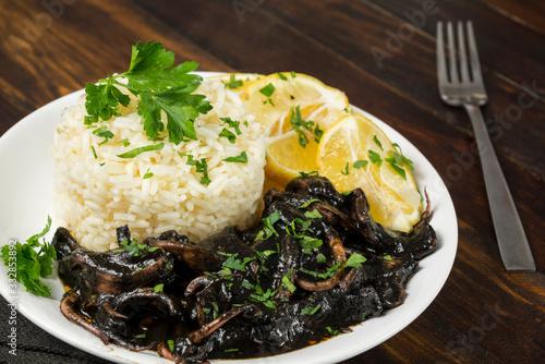 Photo Calamares en tinta con arroz