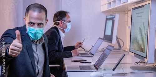 manager con mascherina fa segno di ok con i pollici Canvas Print
